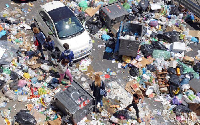 La spazzatura nelle strade di Napoli