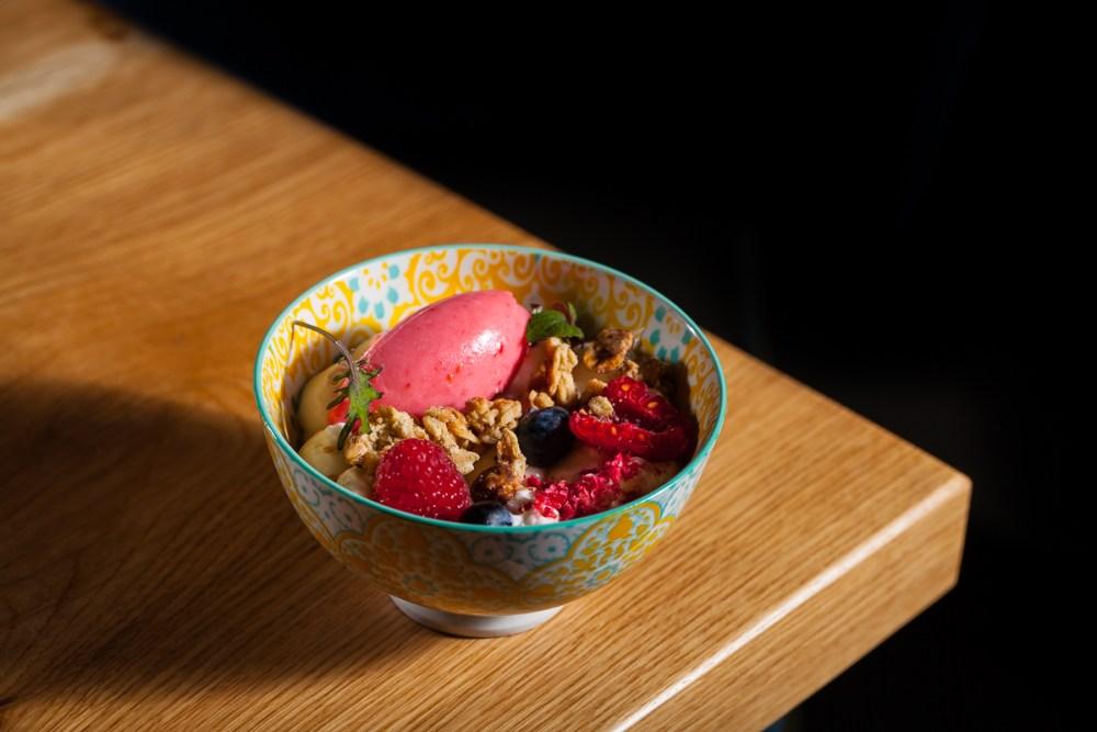 dolce con gelato e frutta ristorante Almatò Roma