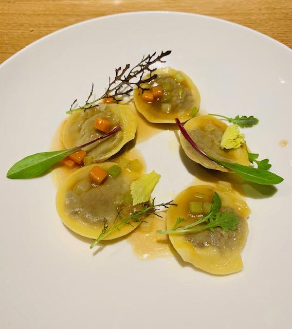 ravioli di coda erbe amare salsa mirepoix ristorante Almatò Roma