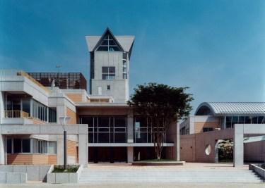 学園広場と中高学年入口