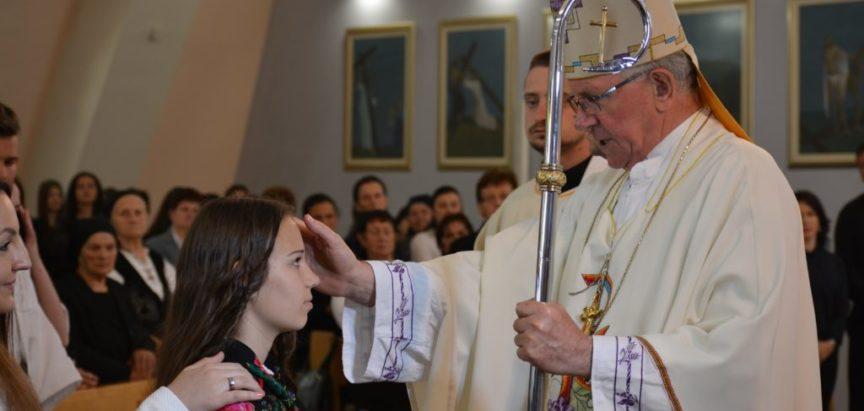 Foto: Biskup dr. Pero Sudar na Uzdolu podijelio sakrament potvrde za 6 krizmanika