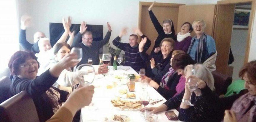 FOTO: Župni zbor iz Prozora posjetio bivše prozorske župnike i časne sestre