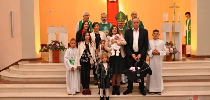 Kardinal Puljić krstio Ritu, šesto dijete u obitelji Ivančević