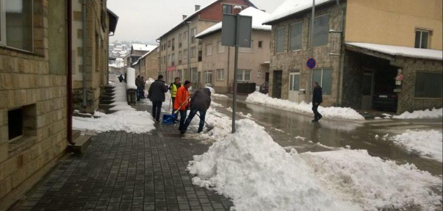 """Foto: Djelatnici """"Vodograda"""" uklanjaju snijeg"""