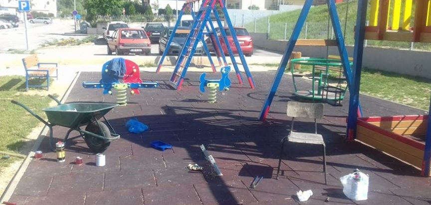 Foto: Obnavljaju se dječja igrališta u Prozoru