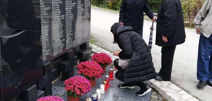 Foto: Na Gračacu zapaljene svijeće za 21 poginulog branitelja