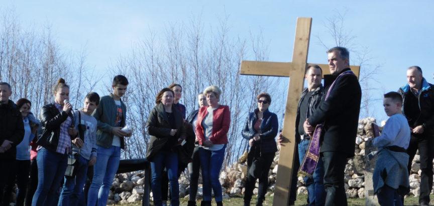 Foto: Više od 100 osoba sudjelovalo na Križnom putu na Gradac