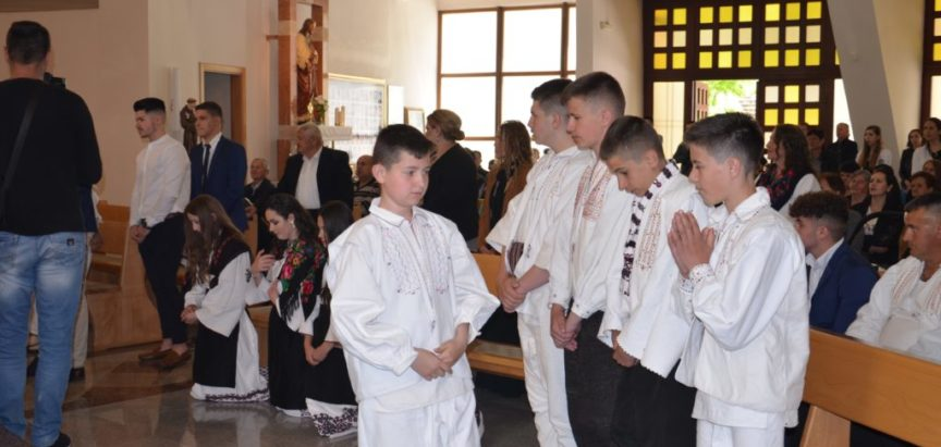 Foto: Na Uzdolu 13 krizmanika primilo sakrament potvrde