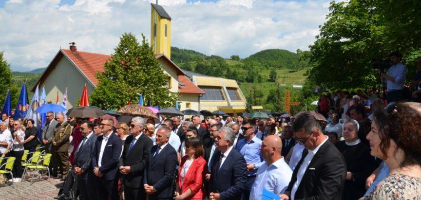 Foto: Na Uzdolu blagoslovljen spomenik braniteljima Uzdola i Rame