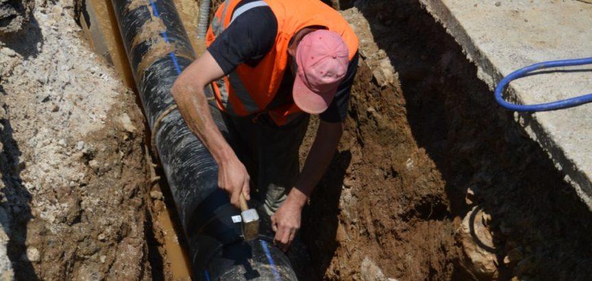 Foto/video: Zamjena štetnih azbestnih cijevi na vodovodu u punom zamahu