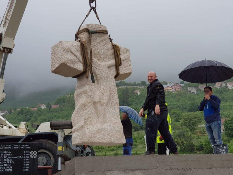 Foto: U groblju u Rumbocima postavljen veliki križ 1