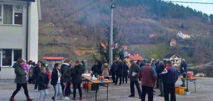 Ustirama: Četvrto zajedničko kićenje božićne jelke i humanitarna akcija