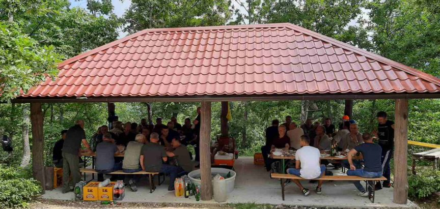Lovci izgradili nadstrešnicu Zagaje  na Krčima