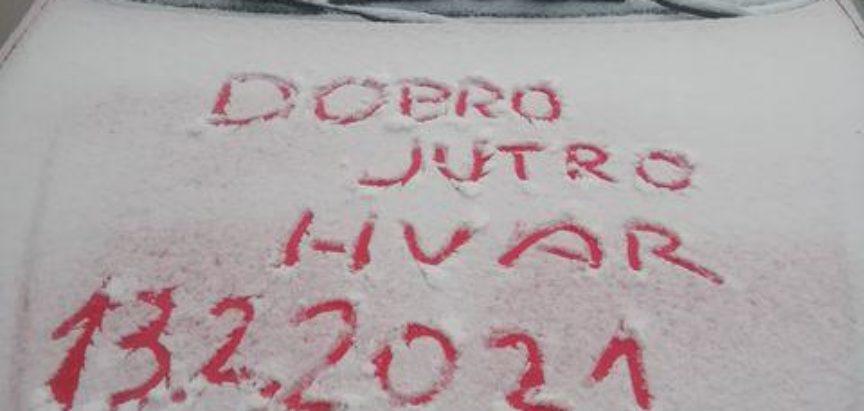 Snijeg zabijelio Šoltu, a zabijelilo  je i na Hvaru,  Pločama, na Visu