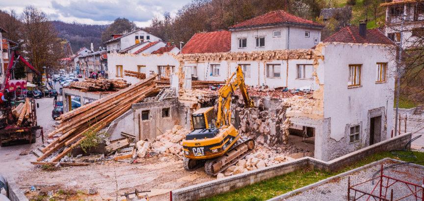 """FOTO/VIDEO: Nakon rušenja starog hotela """"Rama"""" u Prozoru, očekuje se idejno rješenje trga s popratnim sadržajem"""