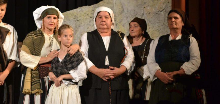 """Sinjski kazalištarci oživjeli povijest predstavom """"Od Rame do Sinja"""" i oduševili mnogobrojnu publiku"""