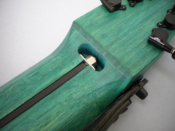 Hot Shots: 10弦 Chapman Stick、竹、ターコイズ染料