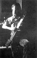 図3 1971年Stick プロトタイプ2号を弾くエメット