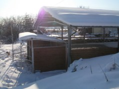 La neve accumulata contro i box