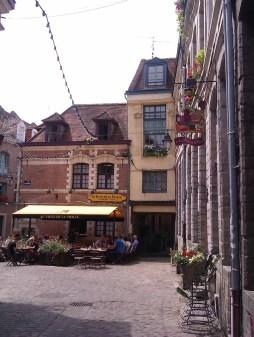 Vers la Rue des Vieux Murs