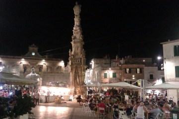 2-Ostuni piazza della Libertà e colonna di Sant'Oronzo
