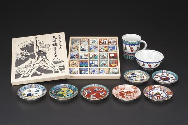 九谷焼ガンダム(中央奥:箸置き大全、手前:豆皿5種、右奥:新柄豆皿2種、飯碗、マグカップ)