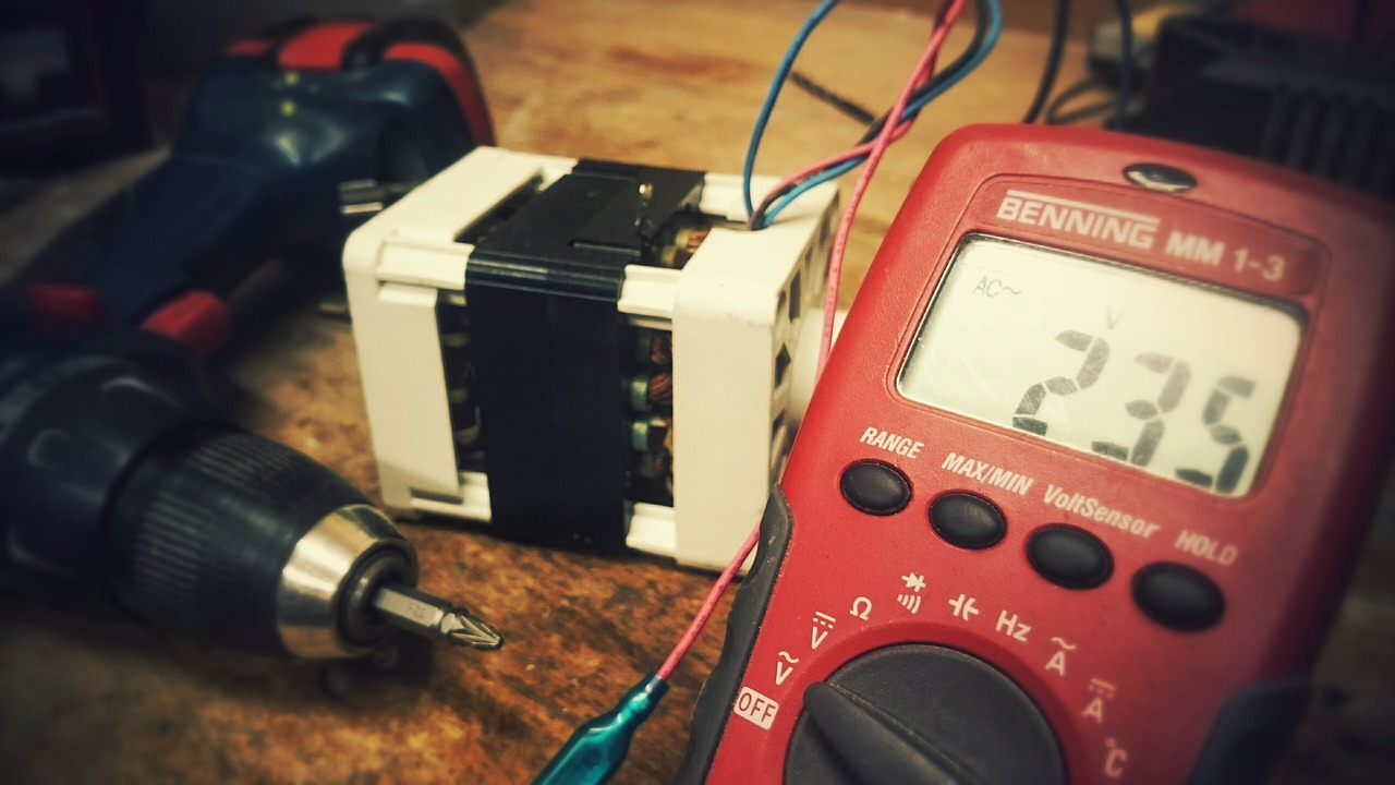 How to check the voltage in the outlet