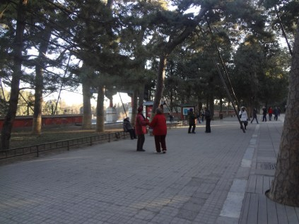 """The Dancing Locals. Orang China suka menari di tempat umum. Karena menari adalah satu-satunya kegiatan """"berkumpul"""" di ruang publik yang dieprbolehkan oleh Pemerintah"""