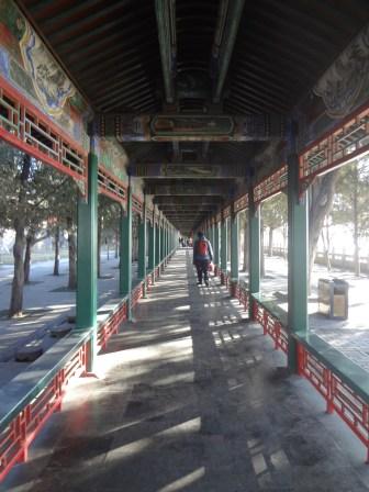 Koridor ini antik lho teman-teman. Karena di setiap panel yang terpasang di kiri kanan koridor, terdapat sebuah cerita yang muncul dalam mimpi Kaisar. Kenapa antik!? Konon gambar-gambar ini menceritakan tentang masa depan, namun ada juga yang bercerita tentang nasehat-nasehat baik.