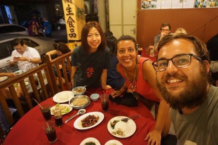 Con Yemmy, en el restaurante Tek Sen. Para saber que descubrimos de gastronomía de Penang gracias a ella, entre el nuestro post de qué comer en Penang