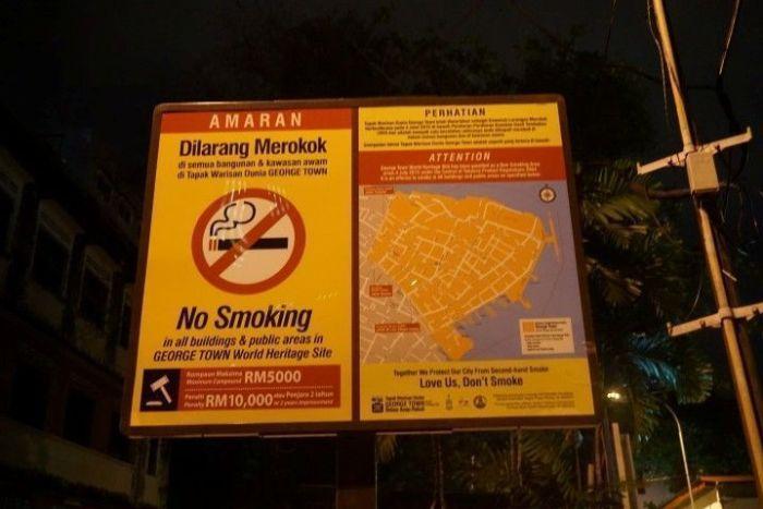 """Uno de los varios carteles de """"Prohibido Fumar"""" en el centro histórico de Georgetown, patrimonio de la Humanidad de Unesco"""