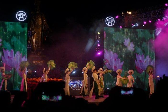 Espectáculo gratuito en el centro de Hanoi la noche del Tet (año nuevo chino)