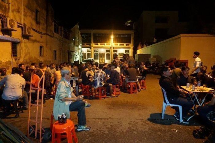 El ambiente fuera de la tienda Antarabangsa Entreprise: la cerveza más barata de George Town