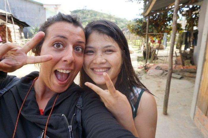 Selfie transfronterizo molón en una aldea remota de las tierras centrales vietnamitas. Camboya a la izquierda, Laos a la derecha y nosotras en una dimensión emociono-espacio-temporal que no conoce fronteras.