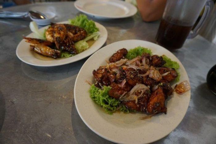 Gambones con salsa de tamarindo y pollo con salsa thai de la casa