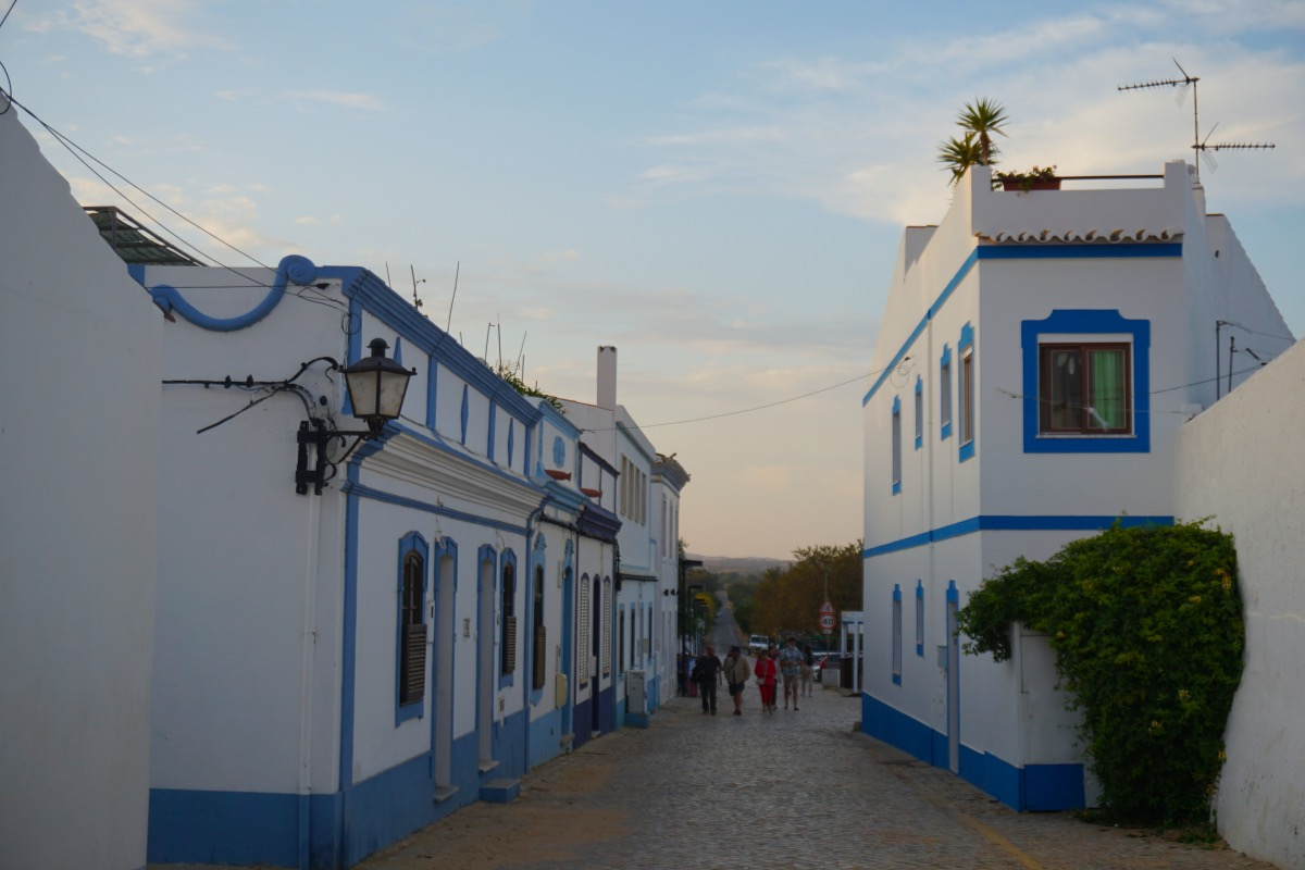 Calles azules de Cacela Velha donde tapear muy bien