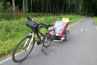 transporter son enfant en vélo avec une remorque