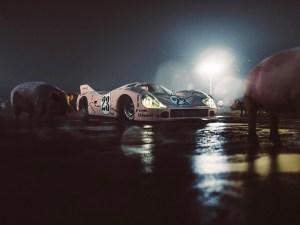 """2020, dans sa série """"The Porka pig pen"""" le photographe Tom Wheatley remet en scène la célèbre Porsche 917K """"Pink Pig"""" de 1971, au milieu de ces congénères roses. Un incroyable montage photo de nuit."""