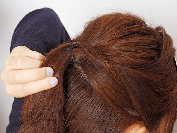 髪の長さが短ければ、毛束 どうしを結んでおく