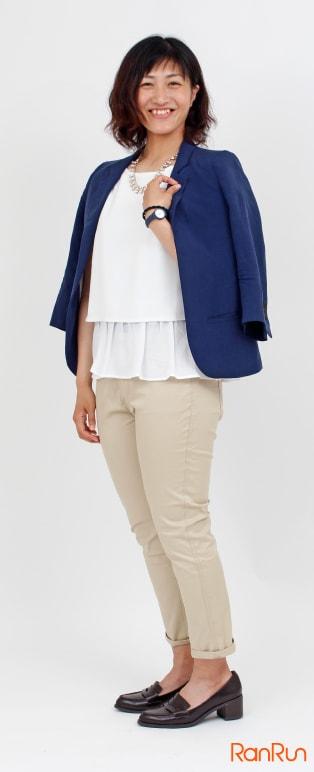 レイヤードカットソー+紺ジャケット+ベージュスキニー