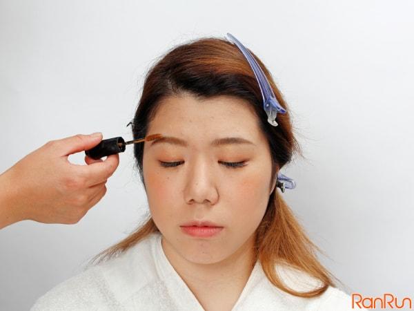 眉毛の表と裏に付くように左右に動かす