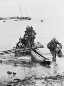 BIAMU, ORO BAY, NEW GUINEA. 1942-11-11. UNITED STATES TROOPS OF THE 1ST BATTALION, 128TH REGIMENT, 32ND UNITED STATES DIVISION LANDING AT BIAMU VILLAGE, ABOUT 17 MILES FROM BUNA, DURING THE ADVANCE ON THE JAPANESE FORCES OCCUPYING THE BUNA-GONA-SANANANDA AREAS.