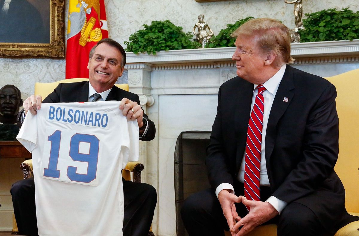 President Trump hands out a personalized jersey to Brazilian President Jair Bolsonaro. (Photo: Isac Nóbrega /PR)