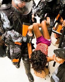 Coupe du monde 2014 : 15/12/2013, le scandale de la nouvelle expulsion violente d'indigènes de l'aldeia Maracanã