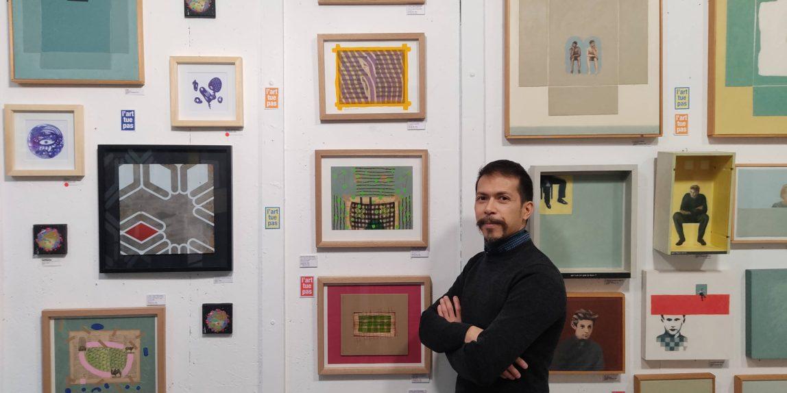 Exposition à la galerie Art Show, Raphaël LAM devant les dessins et tableaux