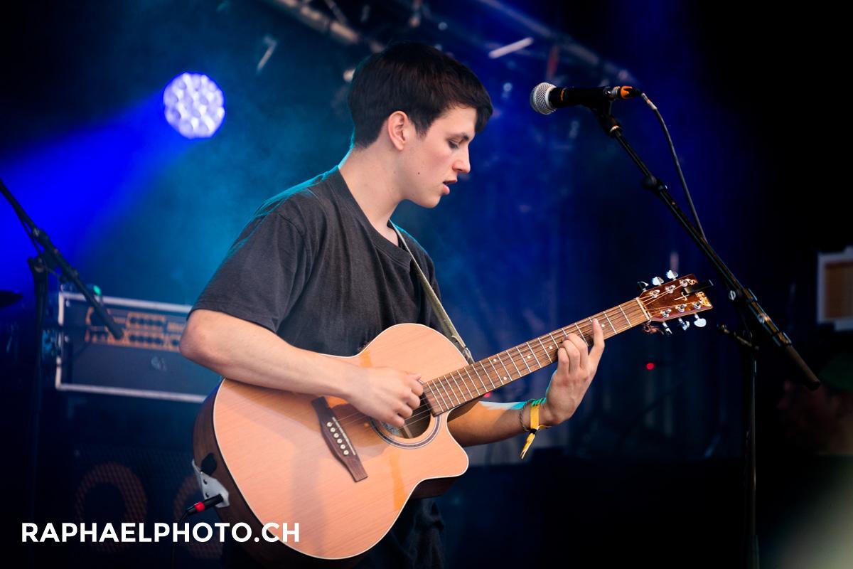 Junger Thuner Musiker mit Gitarre
