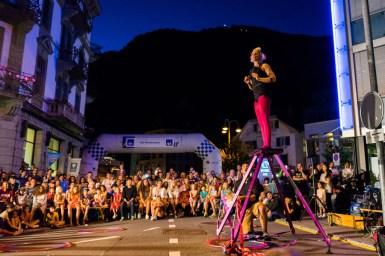 Menge mit dem Harder in Interlaken im Hintergrund Lisa Lottie