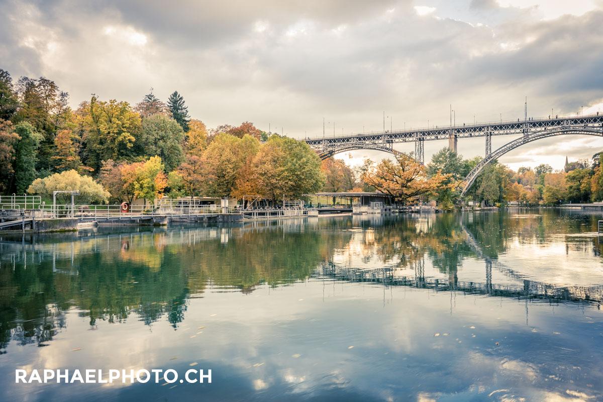 Schöne Fotografie von der Berner Altstadt in Herbst - die Brücke spiegelt sich im Wasser