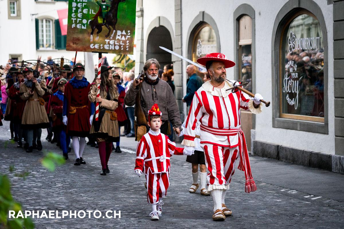 Bilder vom Fulehung-Brauchtum in der Altstadt von Thun