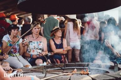 Cervelat bräteln am Lagerfeuer vom Schweizer-Fleisch Stand am Seaside Festival Spiez